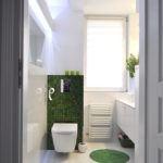 Biała łazienka z zielonymi akcentami