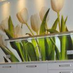 Szklany panel z tulipanami - Kuchnia na zamówienie