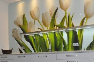 Meble kuchenne z granitem i tulipanami
