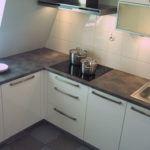 Białe meble kuchenne zszarym blatem