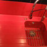Czerwony zlew kuchenny