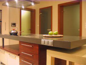 Kuchnia lakierowana zdodatkami drewna