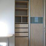 Wnętrze pojemnej szafy zdrzwiami przesuwnymi