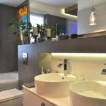 Łazienka wodcieniach szarości - aranżacja wnętrza
