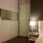 Biało-szara sypialnia zgarderobą nawymiar